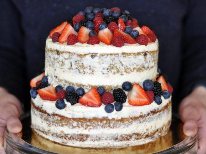 Двухэтажный торт, украшенный ягодами
