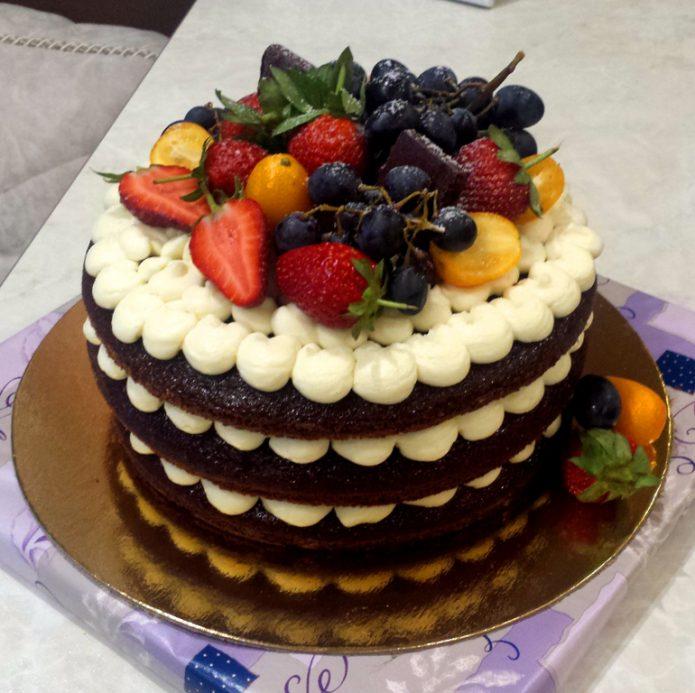 Яркий торт с ягодным украшением