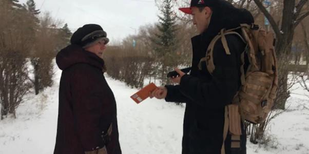 Байсангур Умаров раздаёт шоколад