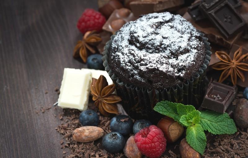 Орехи, ягоды и черный шоколад