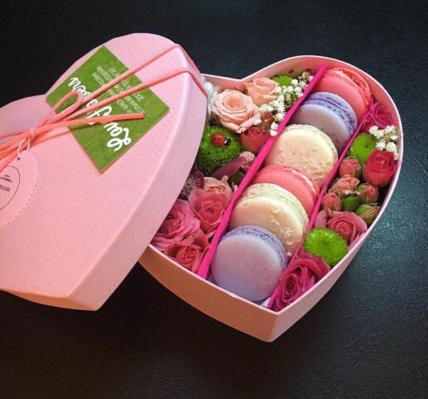 Макароны с цветами в коробке
