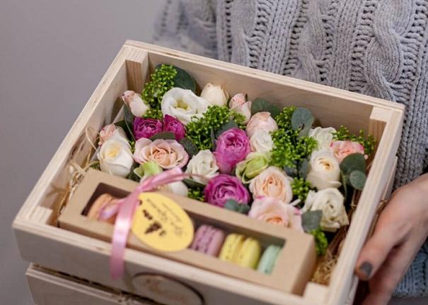 Макароны с цветами в деревянной коробке