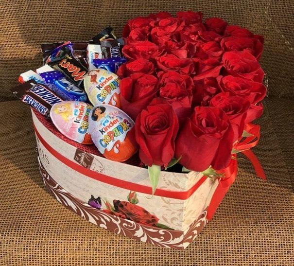 Коробка со сладостями и красными розами
