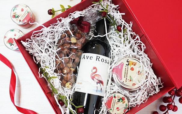 Сладкий набор в коробке − вино, мёд и орехи