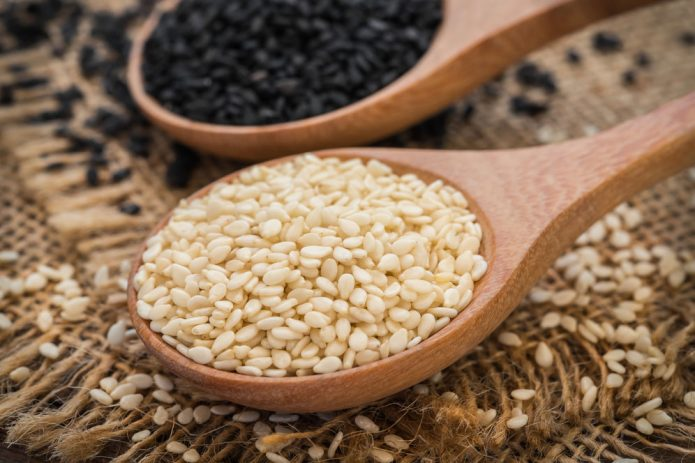 Кунжутные зерна в ложках