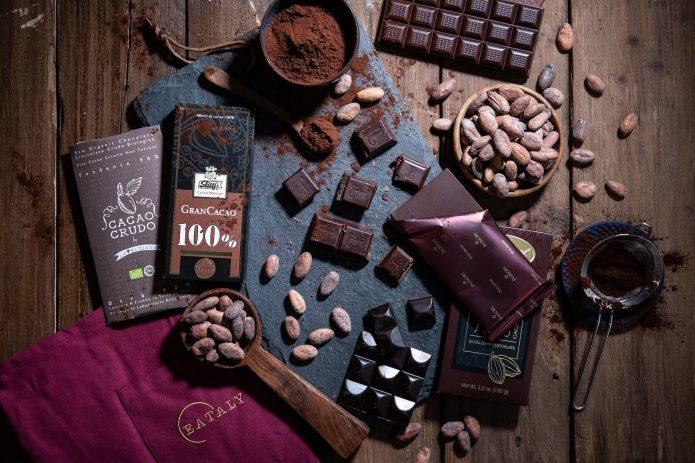 Плитки шоколада bean-to-bar на столе