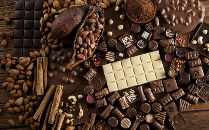 шоколад и бобы на столе