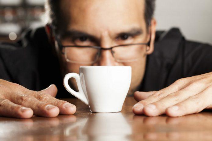 мужчина смотрит на кофе