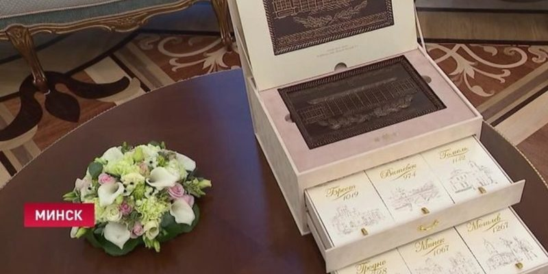 Лукашенко подарил президенту Кубы картину и шоколад