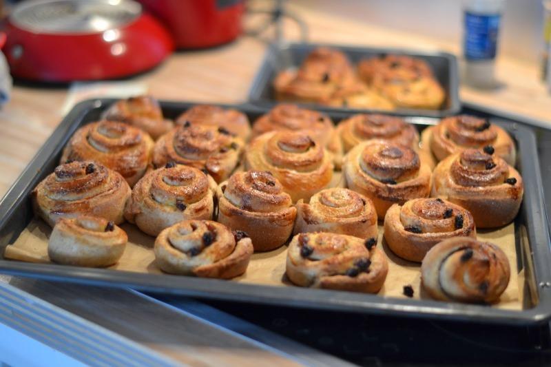 Вкусные булочки с корицей и изюмом для душевной беседы за чашечкой чая