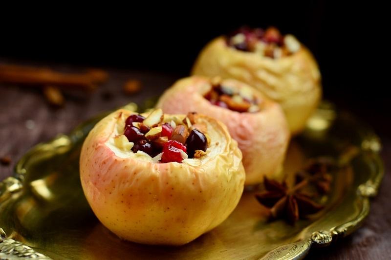 Яблоки с орехами и клюквой