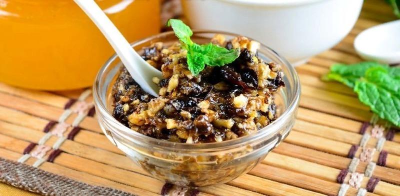 Невероятно полезный мед с орехами и сухофруктами, с которым болезни не страшны
