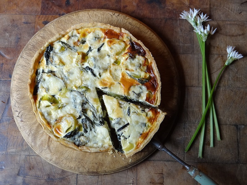 Киш с луком –пореем и сыром