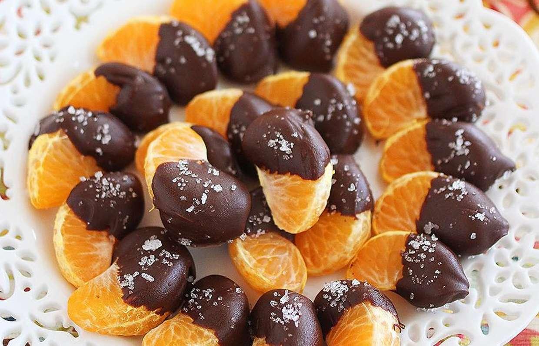 Десерт с клубникой, виноградом и мандариновыми дольками